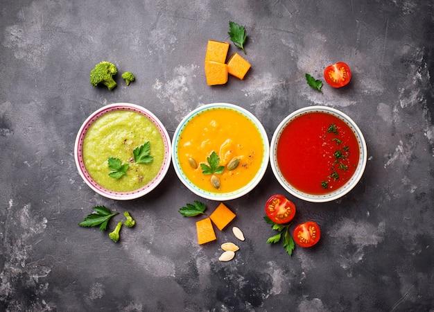 Set di diverse zuppe di verdure in crema Foto Premium
