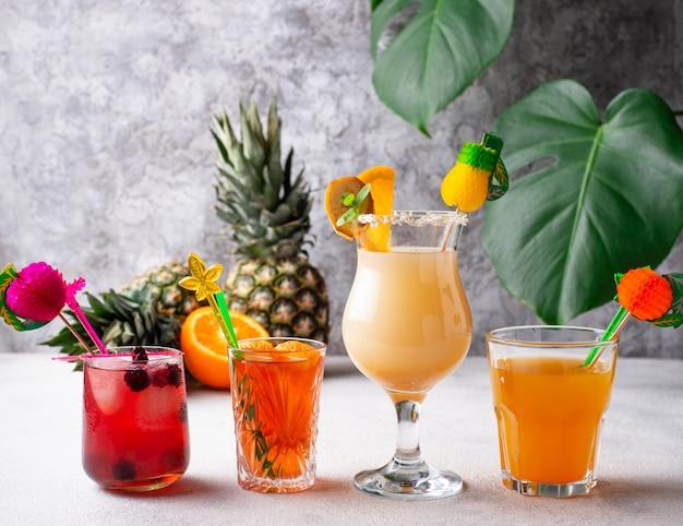 Set di diversi cocktail estivi Foto Premium