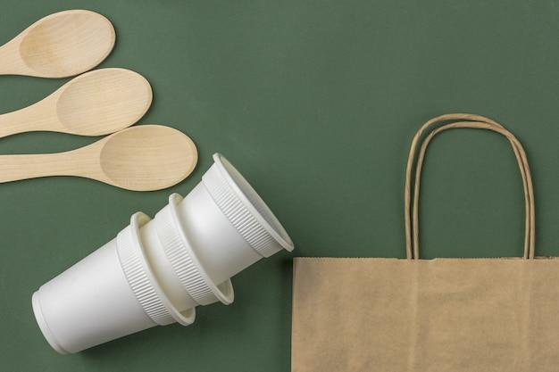 Set di eco bag, tazze da caffè in carta biodegradabile, cucchiai di legno. zero rifiuti, ecologico, senza plastica. Foto Premium