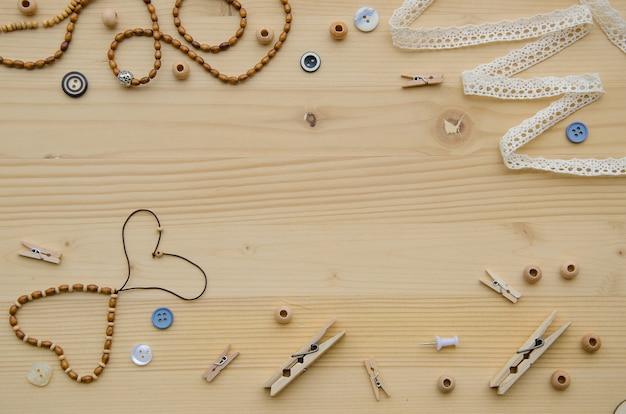 Set di elementi per l'artigianato e oggetti decorativi per fatti a mano su fondo di legno. Foto Premium