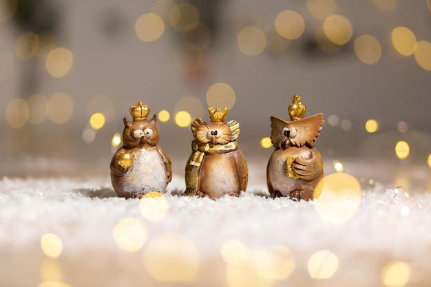 Set di figurine decorative giocattolo gufo con una corona d'oro in testa Foto Premium