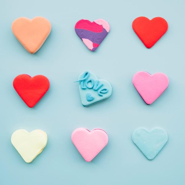 Set di gustosi biscotti freschi a forma di cuori Foto Gratuite