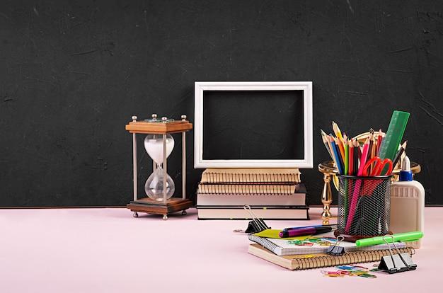 Set di materiale scolastico colorato, libri e quaderni. accessori di cancelleria. Foto Premium
