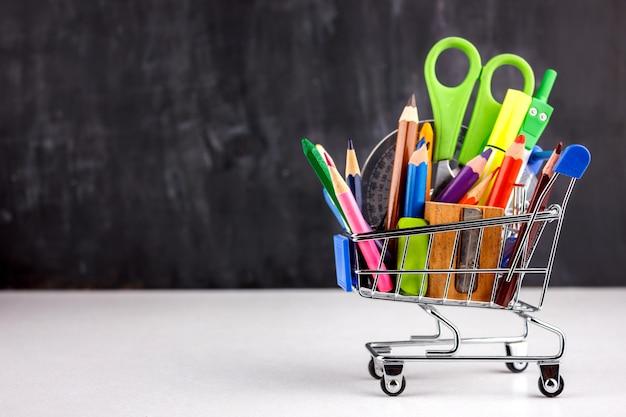 Set di matite colorate e pennarelli per la scuola. Foto Premium