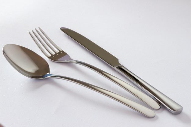 Set di posate con forchetta, coltello e cucchiaio isolato su sfondo bianco. Foto Gratuite