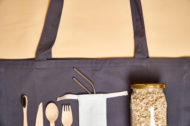 Set di posate in bambù ecologico, borsa ecologica, paglia in metallo Foto Premium