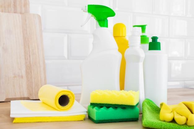 Set di pulizia per superfici diverse. prodotti per la pulizia o concetto di pulizia della casa. Foto Premium