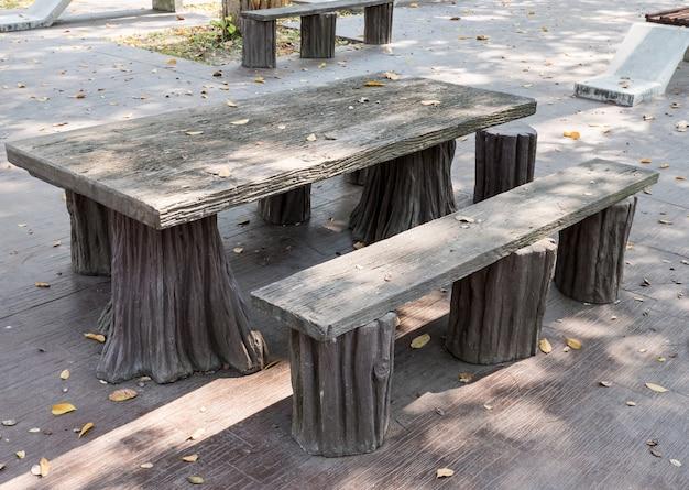 Set di sedie e tavoli in cemento che sembrano di legno ...