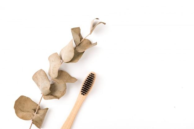 Set di spazzolini da denti in vetro isolato su sfondo bianco. bambù ecologico. zero sprechi Foto Premium