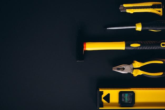 Set di strumenti giallo su sfondo nero Foto Gratuite