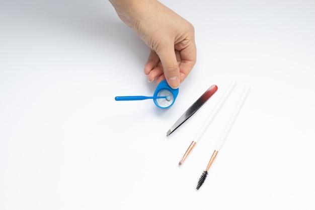 Set di strumenti per la tintura e la correzione delle sopracciglia, mani dei maestri Foto Premium