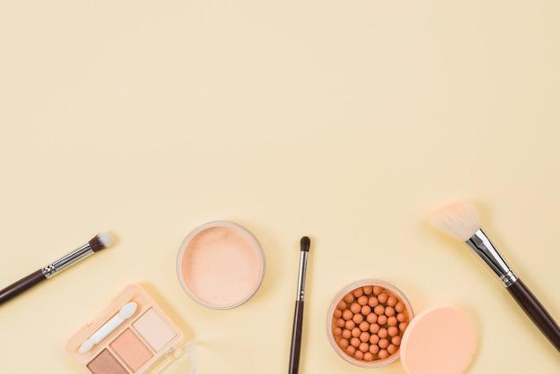 Set di trucco e prodotti cosmetici su sfondo chiaro Foto Gratuite
