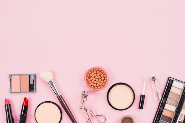 Set di trucco e prodotti di bellezza cosmetici su sfondo rosa Foto Gratuite