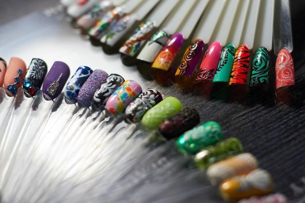 Set di unghie multicolori nel gabinetto dell'unghia Foto Premium