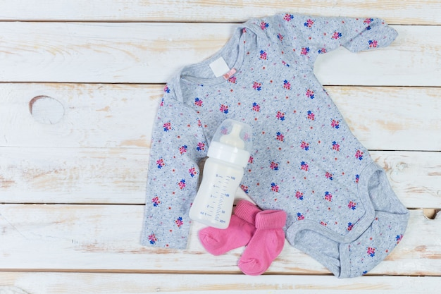 Set di vestiti alla moda e roba per bambini per bambina piccola Foto Premium