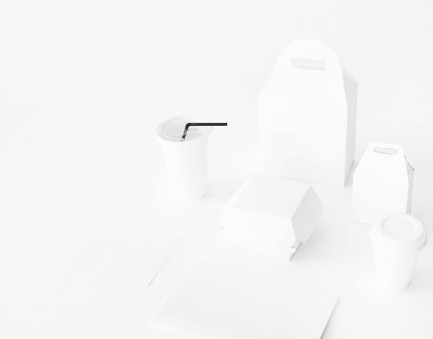 Set realistico di imballaggio fast food da carta su sfondo bianco Foto Gratuite