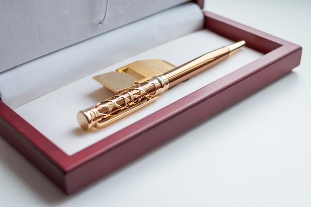 Set regalo. clip di supporto per soldi. stazionario. scatola di legno presente Foto Premium