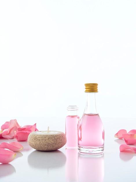 Set spa naturale di rosa e candele profumate alla candela Foto Premium
