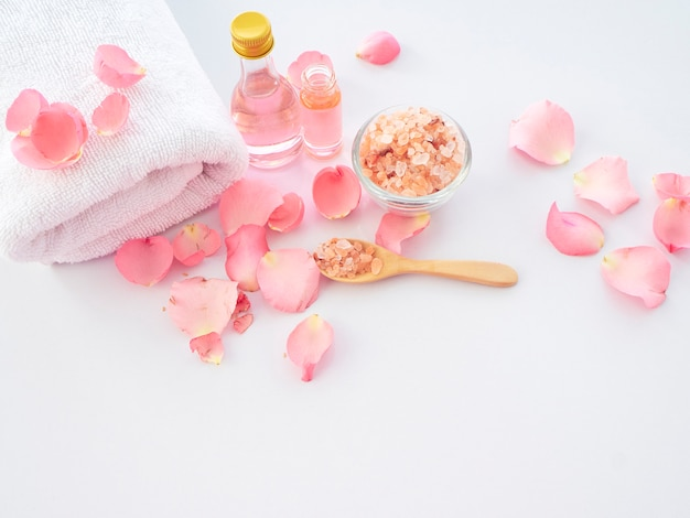 Set spa naturale di sale rosa e rosa dell'himalaya Foto Premium