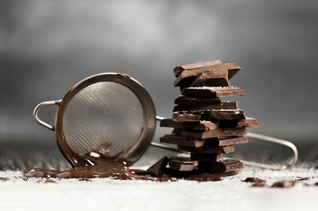 Setaccio con cioccolato fuso e zucchero Foto Gratuite