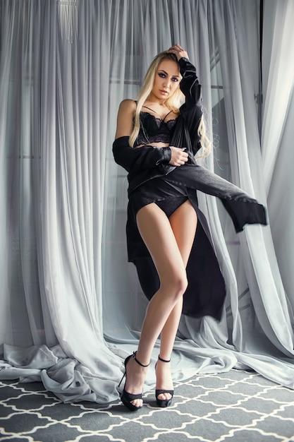 Sexy bionda in intimo nero figura perfetta Foto Premium