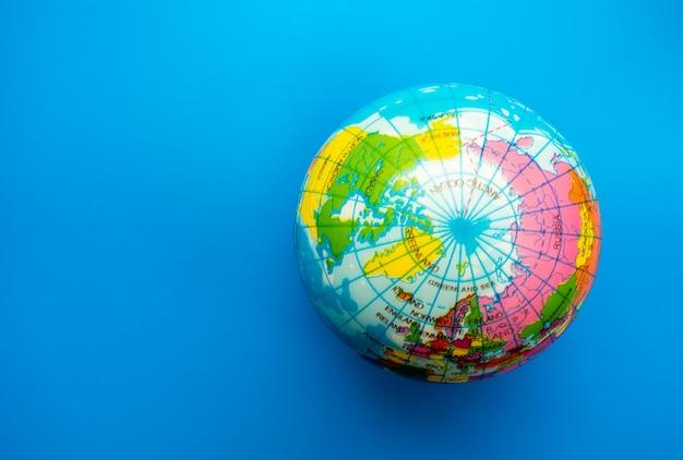 Sfera del globo del mondo sul fondo della carta blu Foto Premium