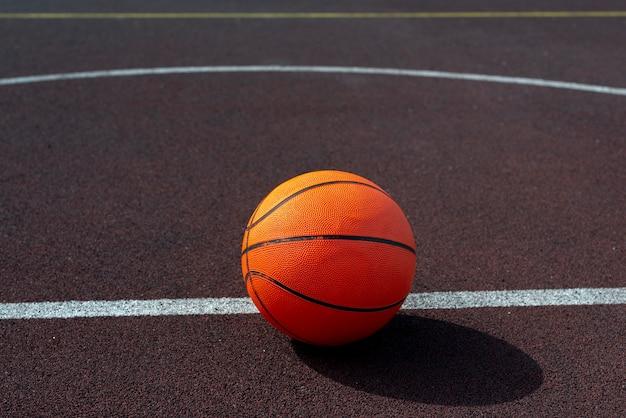Sfera di pallacanestro sulla vista dell'angolo alto del campo Foto Gratuite