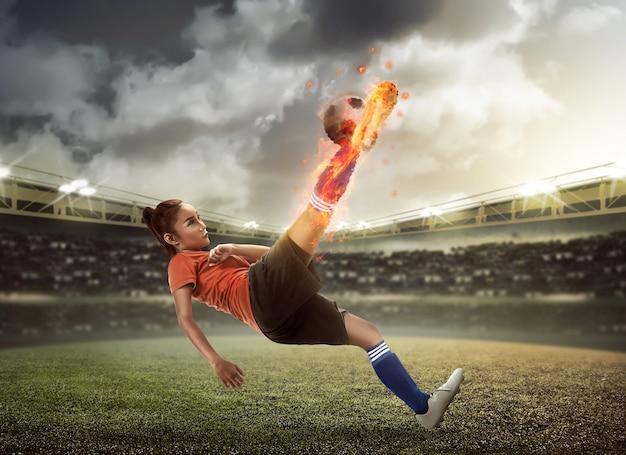 Sfera di tiro del giocatore di football americano sullo stadio Foto Premium