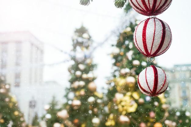 Sfere e fiocchi di neve dei giocattoli di natale sull'albero fiera di natale. Foto Premium