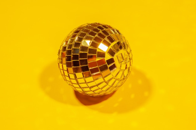Sfere lucide della discoteca del partito che splendono in una luce del giorno sopra colore Foto Premium