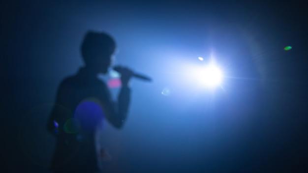 Sfocato sullo sfondo del cantante sul palco del concerto Foto Premium