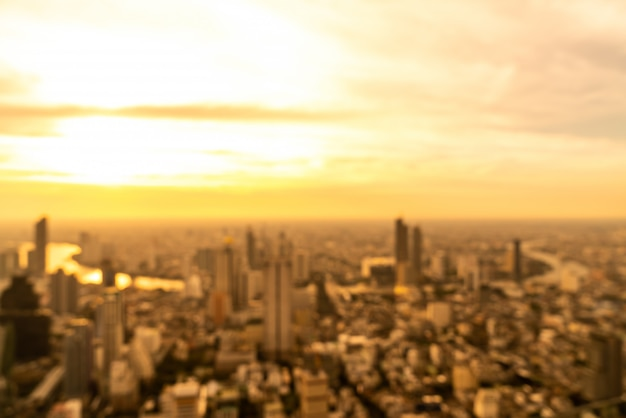 Sfocatura astratta paesaggio urbano di bangkok in thailandia con cielo al tramonto Foto Premium