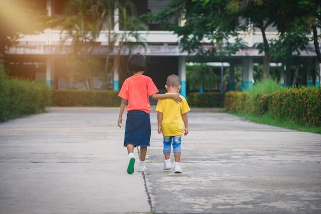 Sfocatura sfondo fratelli e sorelle camminano mano nella mano Foto Premium