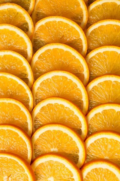 Sfondo arancione brillante da fette di arancia succosa. cibo sano, sfondo. Foto Premium