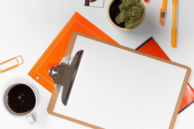 Sfondo bianco scrivania con copia spazio per il testo. vista dall'alto. Foto Premium