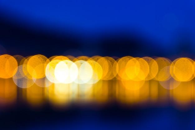 Sfondo blu scuro con luci gialle sfocate Foto Premium