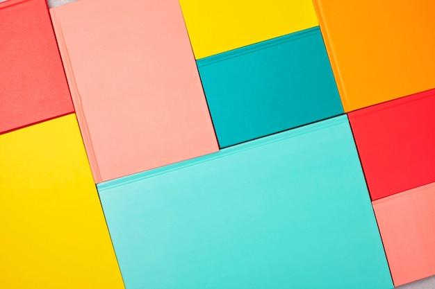 Sfondo con copertine di libri colorati vuoti. mockup, copia spazio. studio, lettura, concetto di cultura Foto Premium