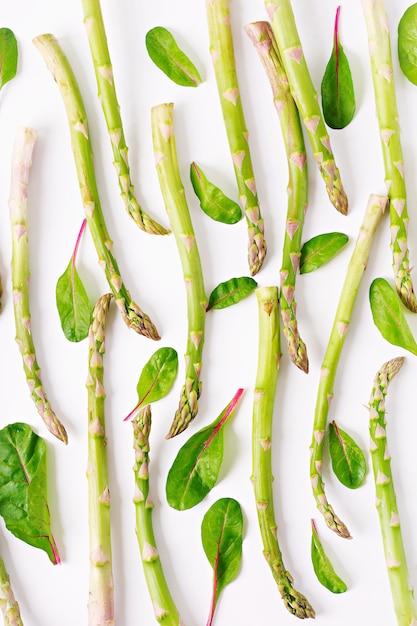 Sfondo da isolato su sfondo bianco asparagi. vista dall'alto Foto Gratuite
