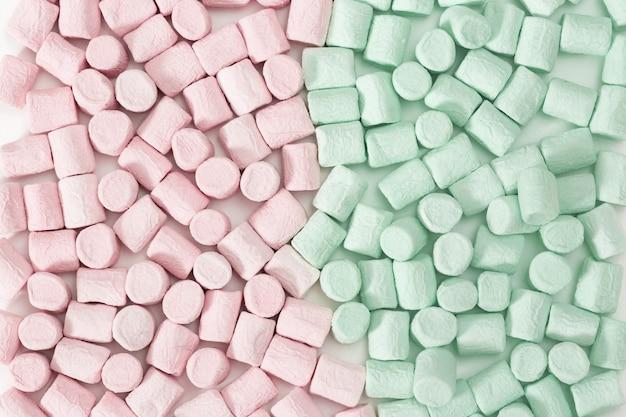 Sfondo da mini marshmallow rosa e verde e rosa. Foto Premium