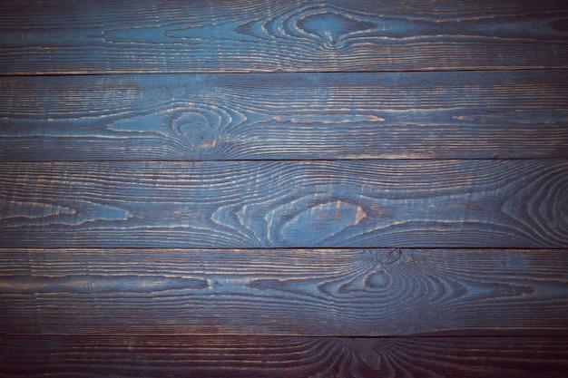 Sfondo da tavole in legno con resti di vernice blu e viola. la vignettatura Foto Premium