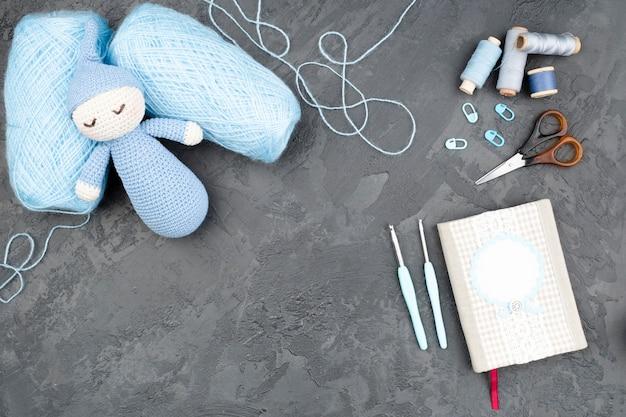Sfondo di ardesia con lana blu Foto Gratuite