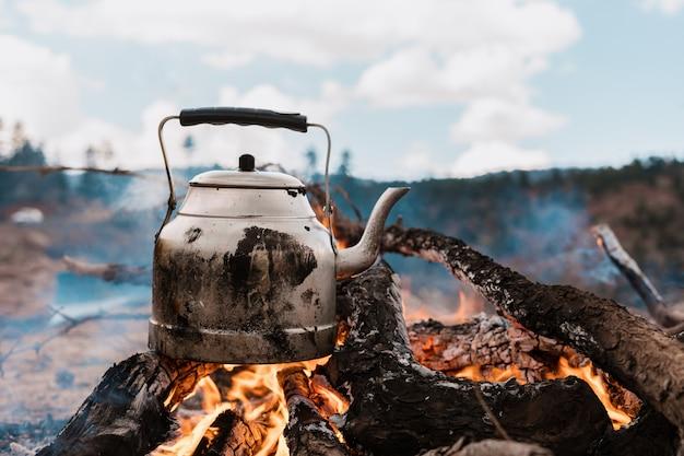 Sfondo di bollitore in fiamme in montagna Foto Gratuite