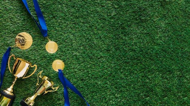 Sfondo di calcio con medaglie e trofeo accanto a copyspace Foto Gratuite