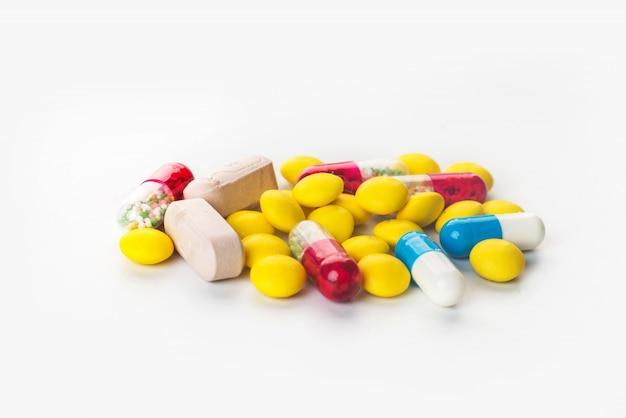 Sfondo di capsule farmaceutiche assortite e farmaci in diversi colori Foto Premium