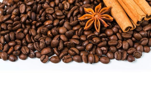 Sfondo di chicchi di caffè con cannella e anice stellato Foto Gratuite