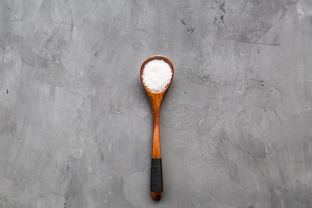 Sfondo di cibo con un cucchiaio di sale Foto Premium