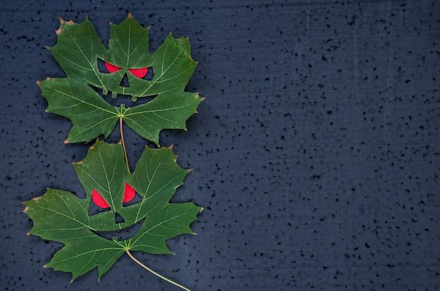 Sfondo di halloween con foglie di acero. Foto Premium