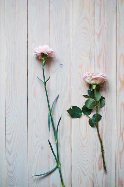 Sfondo di matrimonio vintage delicato con anelli d'oro e bellissimi fiori Foto Premium