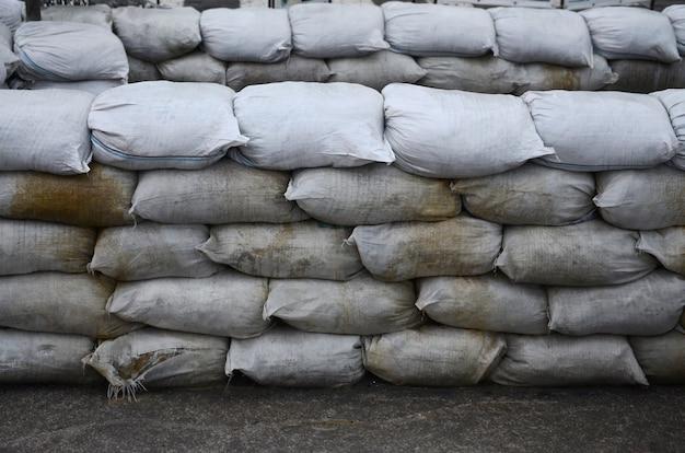 Sfondo di molti sacchi di sabbia sporca per la difesa dalle inondazioni Foto Premium