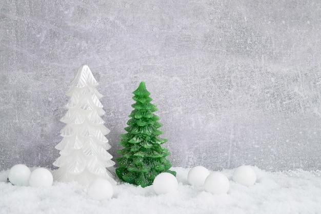 Sfondo di natale. albero di natale e decorazione con neve. copia spazio. Foto Premium